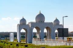 Port till Sheikh Zayed Mosque i Abu Dhabi, Förenade Arabemiraten fotografering för bildbyråer