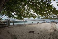 Port traditionnel avec plusieurs bateaux de pêche pour transporter des touristes pour visiter la petite île d'île autour de l'île image libre de droits