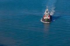 Port Tug Vessel Overlooking de port photos libres de droits