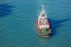 Port Tug Vessel Waters Overlooking de port image libre de droits