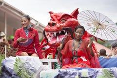 Port Victoria, Seychelles - 9 febbraio 2013: Donne una in vestito rosso Fotografia Stock