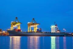 Port z ciężkim żurawiem na zmierzchu Obraz Stock