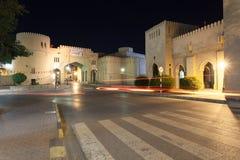 Porta à cidade velha de Nizwa, Omã foto de stock royalty free