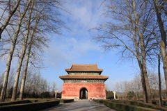 Porta à estrada sagrado de túmulos da dinastia de Ming em B foto de stock royalty free