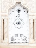 Porta árabe branca com mãos de Fatima em Tunísia em Mahadia Imagens de Stock Royalty Free