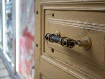 Porta aberta com o botão do puxador da porta do vintage fotos de stock
