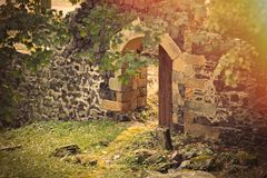 Porta aberta no castelo medieval Foto de Stock Royalty Free