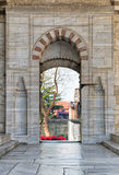 Porta aberta que conduz à corte da mesquita azul, Istambul, Turquia Foto de Stock