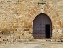 Porta aberta velha com um arco de pedra grande Imagem de Stock