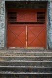 Porta alaranjada do metal Fotografia de Stock Royalty Free