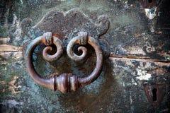Porta-aldrava velha com buraco da fechadura Fotografia de Stock