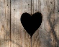 Porta all'aperto del bagno della toilette di legno di forma del cuore Fotografia Stock