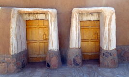 Porta alle case nella città di Al Qassim, regno dell'Arabia Saudita fotografia stock libera da diritti