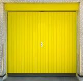 Porta amarela da garagem Fotografia de Stock Royalty Free