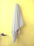 Porta amarela de suspensão de toalha Foto de Stock Royalty Free