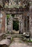 Porta antica con il tempio antico di Bayon (si del patrimonio mondiale dell'Unesco Fotografia Stock