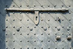 Porta antica con la serratura della barra Fotografie Stock Libere da Diritti