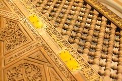 Porta antica decorata fine di legno della moschea con i piatti di metallo nella p immagini stock libere da diritti