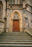 Porta antiga bonita à catedral católica Entrada à igreja Exterior de uma construção religiosa Foto de Stock