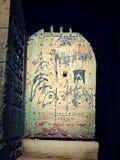 Porta antiga da prisão dos grafittis na construção velha foto de stock