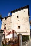 Porta antiga do ferro, ao lado de uma construção do castelo de Strassoldo Friuli (Itália) e céu azul intenso Imagem de Stock