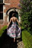 Porta antiga traseira da parede da menina, Groot Begijnhof, Lovaina, Bélgica fotos de stock