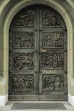 Porta antiga velha que conduz dentro da construção Imagens de Stock Royalty Free