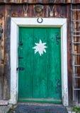 Porta antiquata della capanna della montagna nelle alpi Fotografia Stock Libera da Diritti