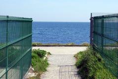 Porta ao oceano no tempo do por do sol Imagens de Stock