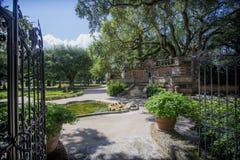 A porta ao parque com árvores e arbustos, casa de campo Fotos de Stock