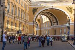 Porta ao quadrado do palácio - Nevsky de conexão Prospekt com palácio constrói uma ponte sobre a condução à ilha de Vasilievsky Imagens de Stock