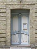Porta ao salão em Christiansfeld, Dinamarca da igreja imagens de stock