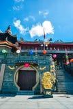 Porta aos templos com leão dourado fotografia de stock royalty free