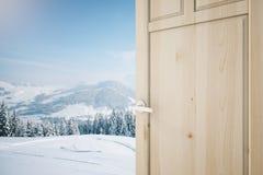 Porta aperta con la vista del paesaggio Immagine Stock