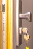Porta aperta con le chiavi, Fotografia Stock Libera da Diritti