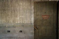 Porta aperta in fabbrica abbandonata Fotografie Stock