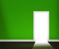 Porta aperta nella parete verde fotografie stock libere da diritti