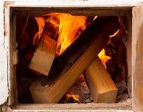 Porta aperta, stufe rustiche, legno bruciante e fuoco il riscaldamento si dirige la a Immagini Stock