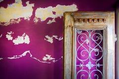 Porta aperta sulla parete stagionata Fotografia Stock Libera da Diritti