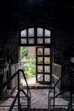 Porta aperta - vecchia distilleria abbandonata del corvo - il Kentucky fotografia stock libera da diritti