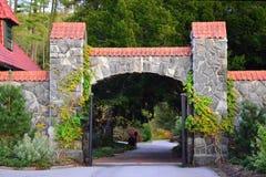 Porta arqueada em jardins da propriedade de Biltmore, Asheville NC imagens de stock