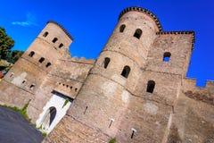 Porta Asinaria e guardia Towers sulle pareti di Roma, Roma, Italia Fotografia Stock