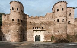 Porta Asinaria et garde Towers sur les murs de Rome Images stock