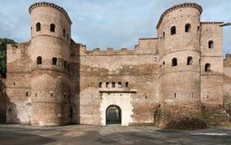 Porta Asinaria och vakt Towers på de Rome väggarna Arkivbilder