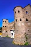 Porta Asinaria och vakt Towers på de Rome väggarna, Roma, Italien Fotografering för Bildbyråer