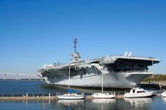 Porta-aviões de USS em Charleston imagem de stock royalty free