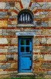 Porta azul de madeira velha no Gatehouse de pedra imagem de stock