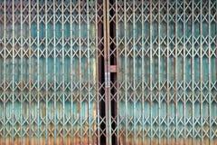 Porta azul do metal do grunge do estilo antigo com oxidado Imagem de Stock Royalty Free