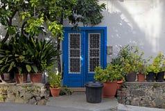 Porta azul do vintage com os vasos de flores na vila de Kakopetria, Chipre Imagens de Stock Royalty Free
