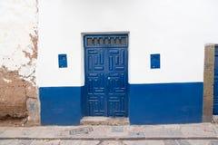 Porta azul e parede branca Foto de Stock Royalty Free